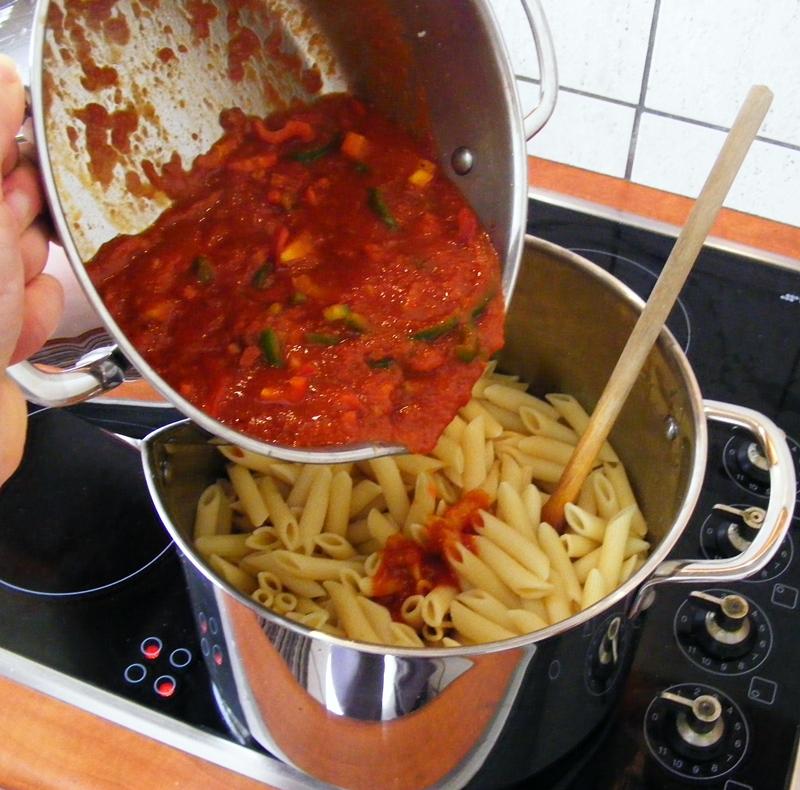 Πέννες σε Μεσογειακή σάλτσα και έγχρωμη μπεσαμέλ